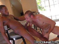Musta kaveri sukeltaa suuhun