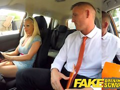 Driving School Faux Barbie gagne sa passe avec un grand visage