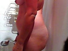 Hidden cam van sexy rondborstige amateur MILF nemen van een douche part1