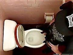 Clip de gay de descarga en la taza del baño