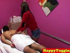 Smalltitted asiatisk massör wanking i massage