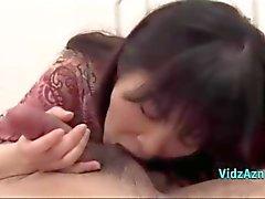 Азиатская девушка дает минет Сперма в уста на кровать
