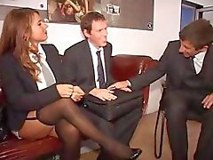Två tyska sekreterare gör ett gott intryck på chefen och hans medarbetare