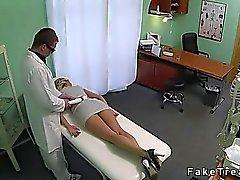 Vaaleita hyvännäköinen kuseen lääkäriin väärennettyjen hospital