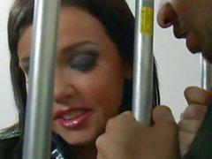 Slutty Polizist Emma Heart liebt Blasen Gefangene zu geben