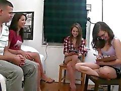 Tiener babysitters spelen met dildo lul