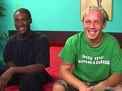 Una ragazzo bianco divertente e un appeso stallone di colore aver fatto sesso