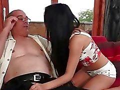Stygga tonårs brunete förföra en morfar i couch