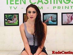 Echte junge Schönheit Arschficken bei bdsm Casting
