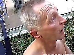 Teen sucção e fode o pau velho no jardim de
