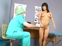 Suloinen brunette tyttö läpäisee erityisen seurata gynekomastiaa tentti