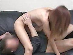 Brunette krijgt naakt en zuigt en neukt terwijl ze gefilmd