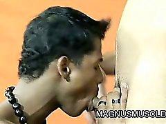 Dünne muskulösen Bolzen Jonathan Jamira ist eine Gymnastikausbilder