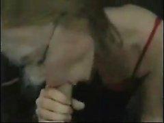 Zwei Blondinen erhalten eine Kosmetik im Aufzug