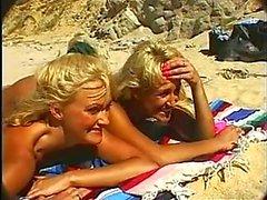Lucky guy fucks twee hete blondjes op het strand