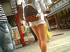 Calções brancos francos e bonito da perna