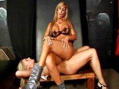 Blonde MILF domineert haar slaaf