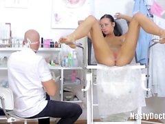 schlank Engel kamen zu einem Arzt ihre Muschi überprüft zu haben,