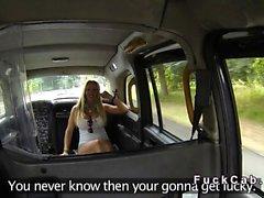 Cab Fahrer fickt riesigen Titten Pornostar auf Sicherheitskameras