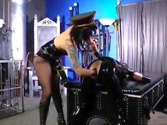 Latex Lady ass-gioca con il suo schiavo del lattice