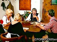 Pervertido jode abuela en escena de la vendimia