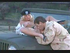 A menina quente do exército começa fodida duramente