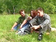 Молодая девушка изнасиловали Two Guys в лесных