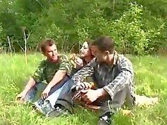 Jeune fille été violée par deux Les gars dans la forêt