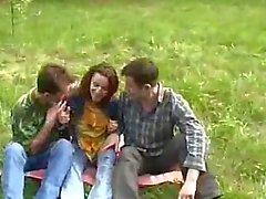 Muchacha jóvenes Violado por dos chicos en el bosque