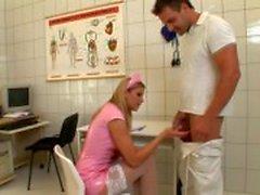 Freche Krankenschwester erwischt den Ball lang