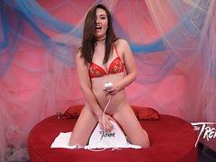 Сексуальная Кэт Монро получает ее киску, качающуюся на тремор