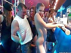 Сексуальная лесбиянки танцуют в клубе