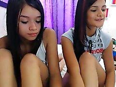Kahden provokatiivista nuoret tytöt asettamaan niiden ihmeellisiä käyrät