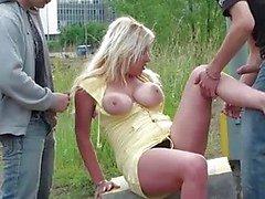 Busty kaunis tyttö ryhmäseksiä julkisissa