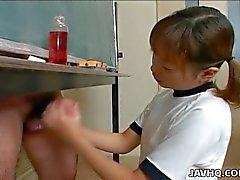 Japanisch Cutie wichst sich einen harten Schwanz