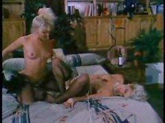 Schöne blonde Lesben spielen mit roten Dildo