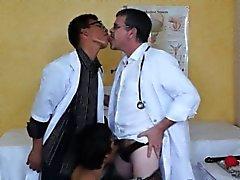 Гей Азиатская больного избалован два курчавыми докторов