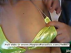 Polluelo del pesos americano japonés muestra su cuerpo rechoncho