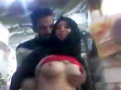 Sharmota il hijab dall'Egitto pressione sulla capezzoli colore rosa tetta