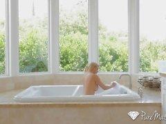 PureMature Nach Bad ficken und Gesichtsbehandlung mit reifer Blondine Alexis Fawx