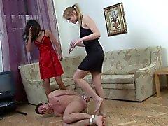 Deux femdoms russe baiser un gars liés