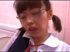 amorcito adolescente asiática en traje de enfermera dando una mamada caliente