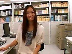 Asiatische Küken breiteten ihre Beine aus, um jeder selbstlos zu zeigen