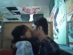 Fidanzato e fidanzata del Bangladesh nel ristorante (1)