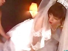 De fille asiatiques en de robe de mariage baisée par 2 mecs faciale sur le lit de Les de Roo