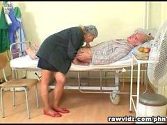 Yaramaz Sıcak Hemşire Eski Hasta Laid To Get yardımcı olur