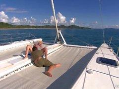 Jemstone est sur un yacht monter un grand Dick avant qu'elle obtienne un visage
