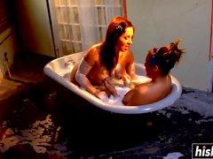 Два милашки веселятся в ванной