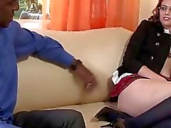 Naught cachonda nena Angie Tyler se masturba en el sofá y anhelan alguna polla