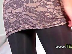 Meias-calças e angelical striptease quente